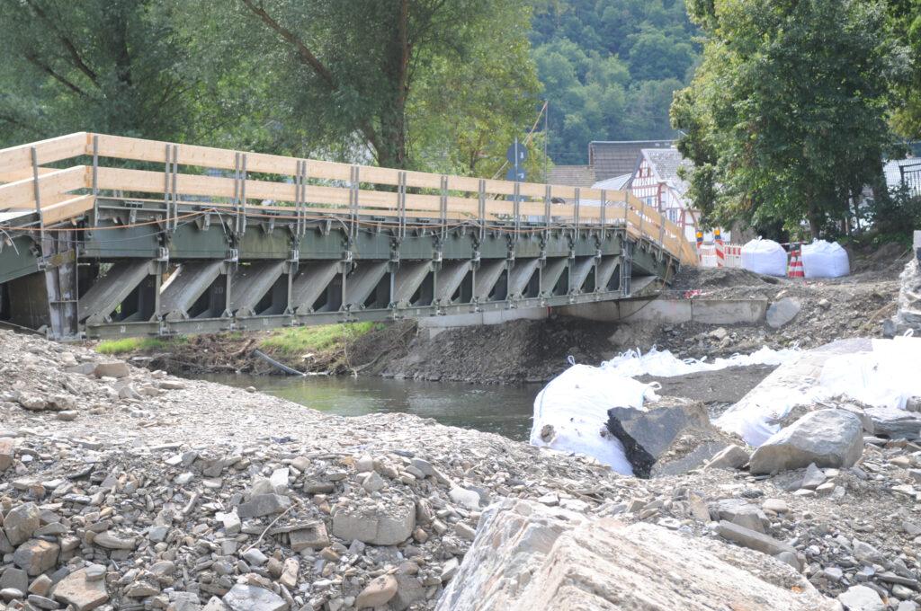 Behelfsbrücke über die Ahr für Autos. Im Vordergrund die Überbleibsel der zerstörten Brücke.