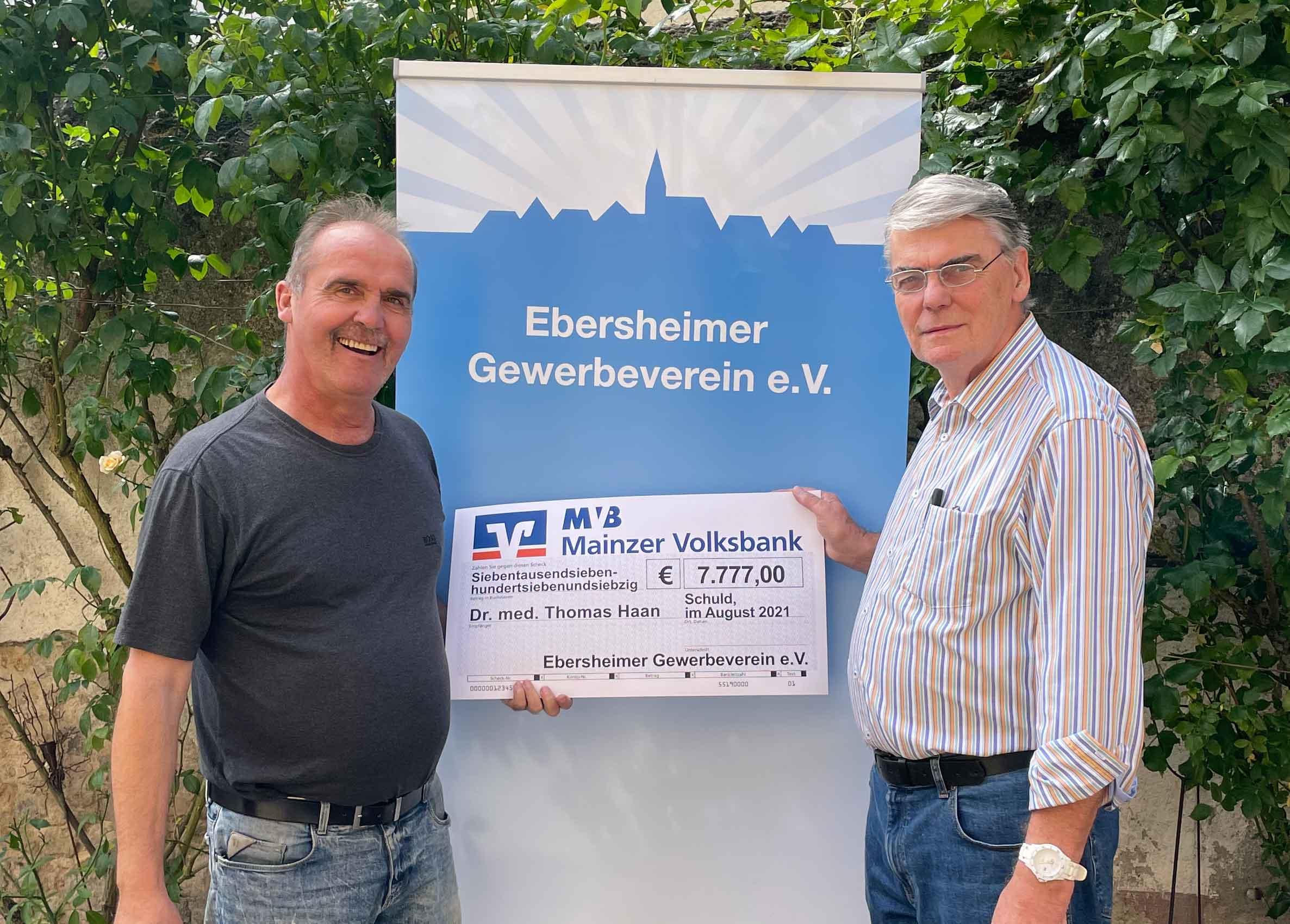 Jürgen Alsfasser (Vorsitzender) und Albert Tratschitt (Kassierer) mit dem Spendenscheckendenscheck