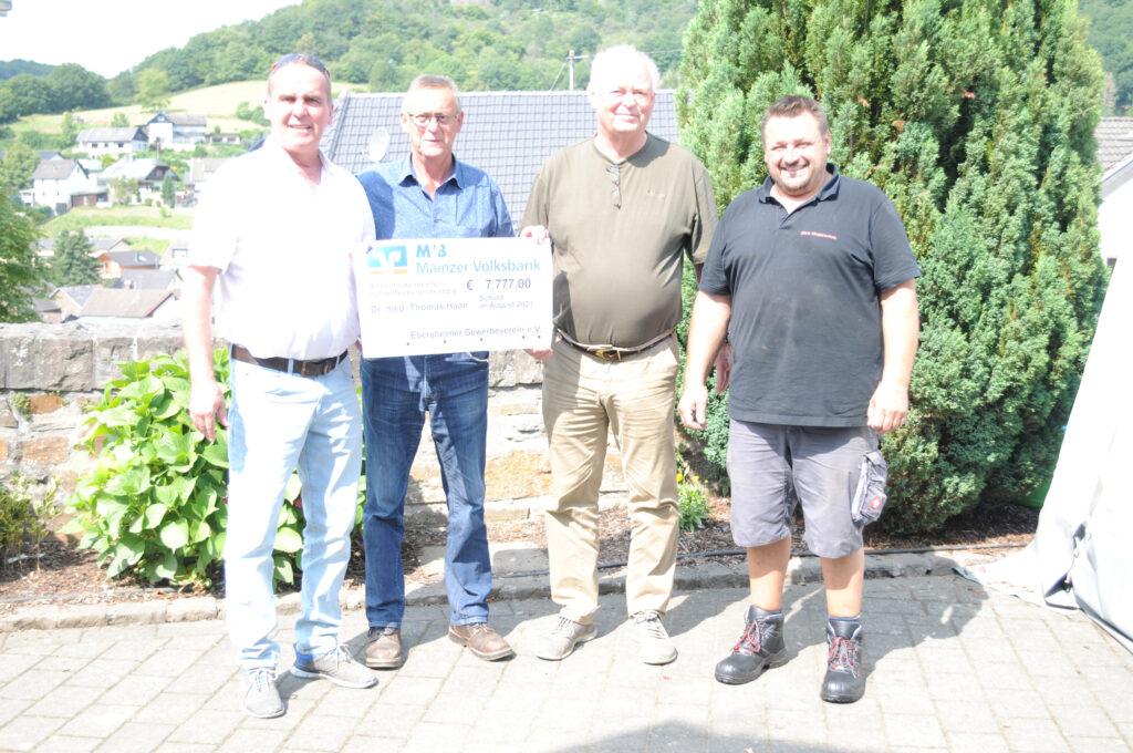 Spendenübergabe des Ebersheimer Gewerbevereins in Schuld an der Ahr